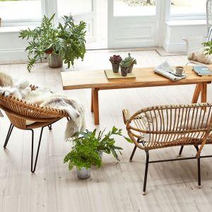 Nastała jasność, a trend bardzo się wszystkim spodobał i został na dłużej. Biel harmonijnie rozświetliła przestrzeń, opanowała ściany, meble i dodatki. Kojarzona jest z czystością, ładem i nowoczesnością. Doskonale sprawdza się także w innych stylach. Fot. Amtico, Carpet Studio