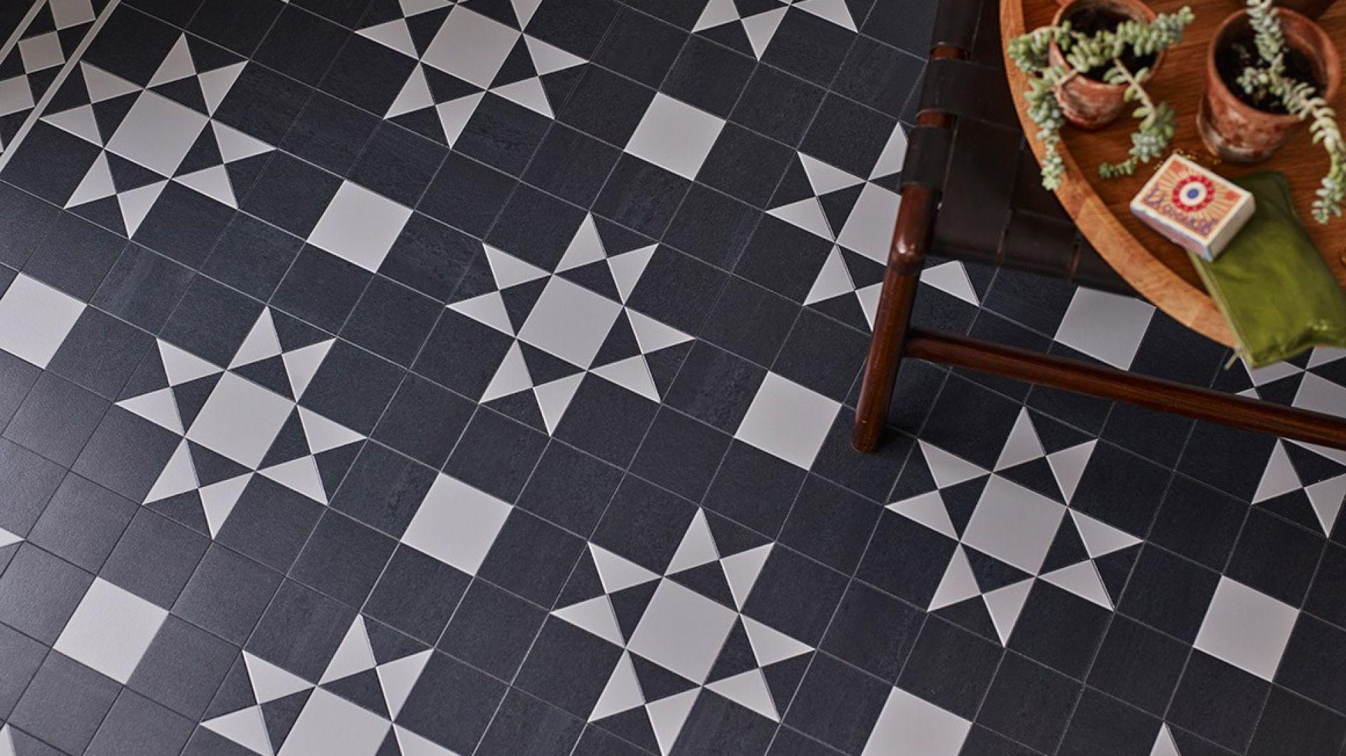 Wzory takie jak pepitka czy czarno-białe pasy stały się ponadczasowe. Aranżacje w stylu klasycznym, retro i minimalistycznym wprost uwielbiają połączenie czerni i bieli. Takie zestawienia jeszcze długo pozostaną modne. Fot. Amtico, Carpet Studio