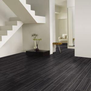 Czerń wprowadzać można stopniowo – zaczynając np. od jednego pomieszczenia. Idealnie wkomponuje się w wytworny salon w stylu glamour. Tutaj postawić można na czarną podłogę o eleganckim charakterze i niezaprzeczalnej jakości. Fot. Amtico, Carpet Studio