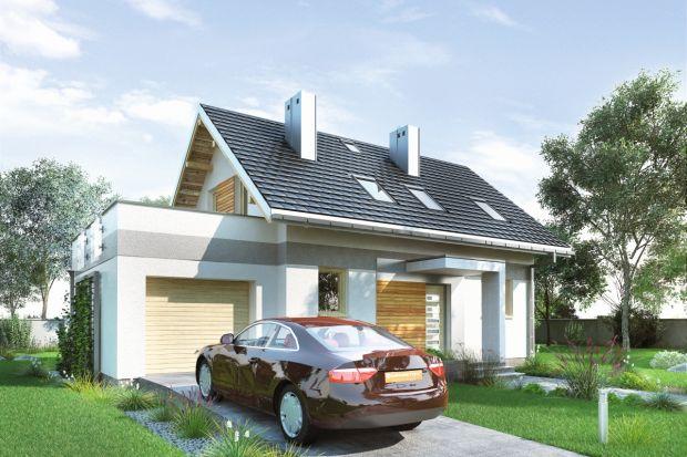 Projekt domu Drops G1 to prosty, zwarty, tani budynek. Wbryle pozbawionej, zgodnie zzasadami energooszczędności, balkonów ilukarn, wyraźnym akcentem jest jedynie płaski daszek od frontu.