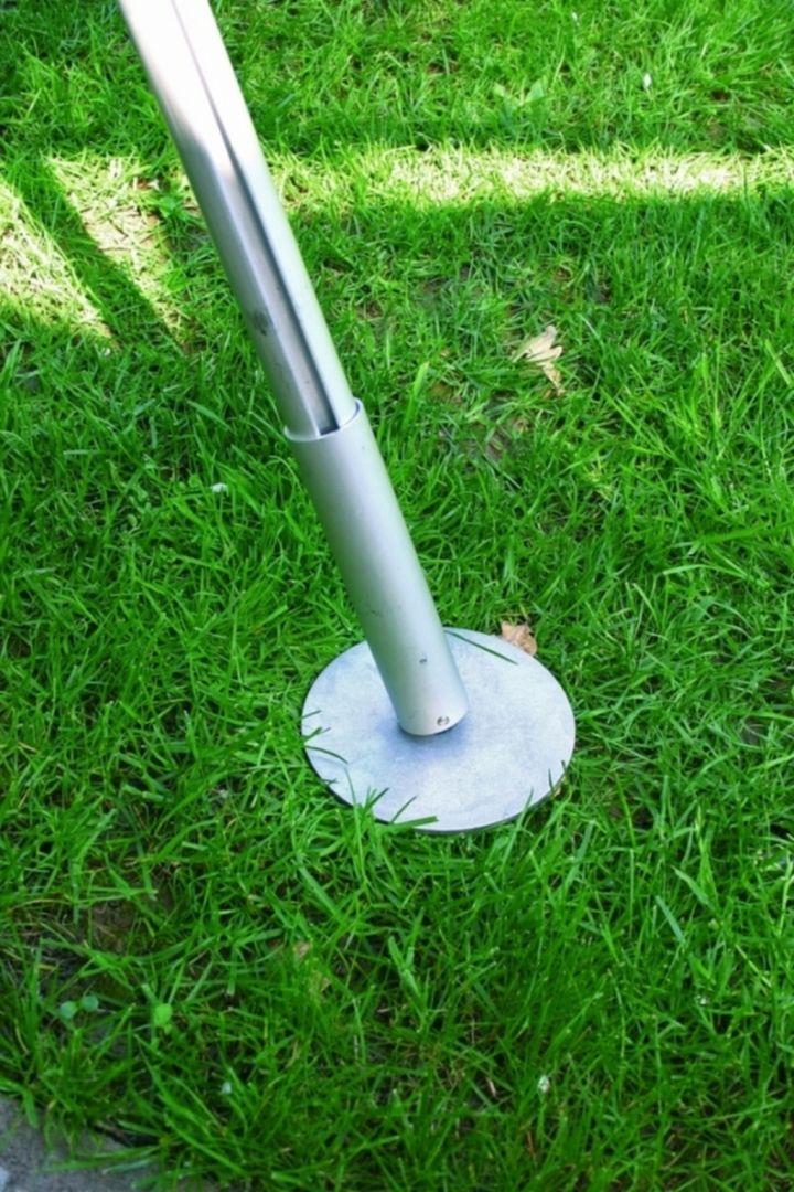 Niewątpliwie najbardziej przydatne będą szpice do drabin wykorzystywanych na podłożu trawiastym. Pomocne mogą okazać się również podpory stabilizujące, które wyposażone są dodatkowo w płytę ze szpicem lub uchylną stopę do wykorzystania na kratkach. Fot. Krause