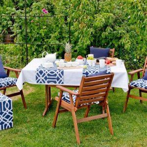 Materiał sprawdzi się na siedziskach na krzesła, bieżniku oraz na pufach, które idealnie dopełnią aranżację tarasu i będą dodatkowym siedziskiem dla gości w trakcie przyjęcia. Fot. Dekoria.pl
