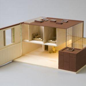 """Dawiv Adjaye stworzył """"Electric House"""", czyli elastyczny dom zwierający przestrzeń do życia. Na parterze jest przestrzeń ciągła, falująca między zewnętrznym dziedzińcem i twórczą przestrzenią wewnątrz pomieszczeń, ułatwiającą dostęp do środka domu. Fot. Thomas Butler"""