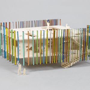 Z kolei architekci ze studia dRMM zaprojektowali dom dla lalek, dla głuchych. Zewnętrzną powierzchnia domu wyposażona jest w regulowane elementy jak żaluzje. Fot. Thomas Butler