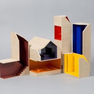 """W """"Jigsaw House"""", dzieci mogą samodzielnie dołączać wydrążone, dębowe pokoje w jasnych kolorach do wnętrza domu. Fot. Thomas Butler"""