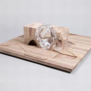 Zaha Hadid zaprezentowała konstrukcję domu dla lalek wykonanej z faulującej struktury drewnianej oraz żywicy. Domek może być układany i rozkładany w różnych konfiguracjach, podobnie jak puzzle. Obecnie cena tej zabawki wynosi 9 tys. funtów. Fot. Thomas Butler