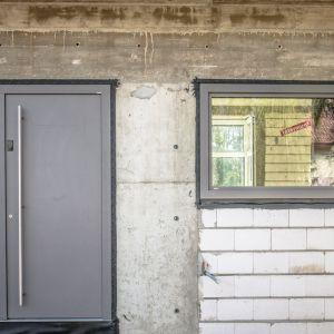 Ostatnim produktem Internorm zastosowanym w realizacji są luksusowe drzwi aluminiowe AT 400 świetnie wpisujące się w purystyczne i pełne awangardy projekty. Ich minimalistyczny design podkreśla zalety nowoczesnej architektury. Fot. Internorm