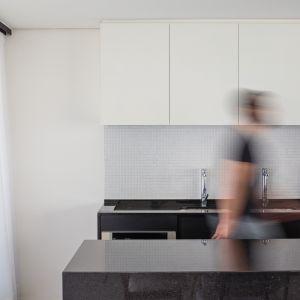 Wnętrza zapewniają odpowiedni komfort cieplny, są do tego jasne i nowocześnie urządzone. Fot. Haruo Mikami