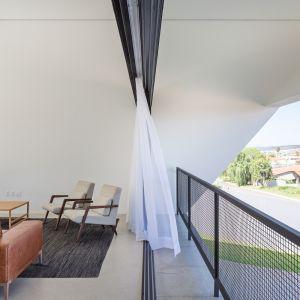 Dodatkowo wy należało zaprojektować bryłę rezydencji, aby zapewniała optymalne zacienienie zarówno wewnątrz, jak i na zewnątrz budynku.Fot. Haruo Mikami