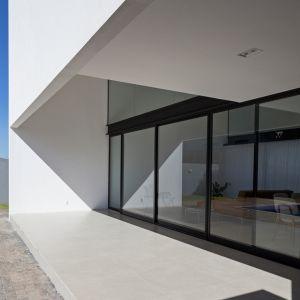 Dom Aresta House położony jest w dzielnicy mieszkalnej, z dala od centrum miasta Brasília. Pogoda w tej części Brazylii charakteryzuje się bardzo dużą amplitudą cieplną. Fot. Haruo Mikami
