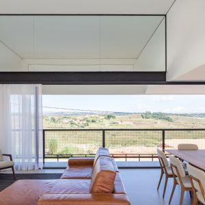 Główna idea, jaka towarzyszyła architektom, to tak zaprojektować dom i jego wnętrze, aby nie zasłonić otwartych widoków na dolinę po zachodniej stronie działki. Fot. Haruo Mikami