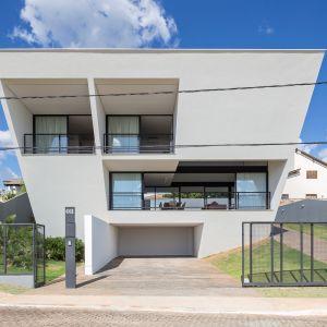 Architekci z BLOCO Arquitetos postanowili wykorzystać to co najlepsze z tej działki i stworzyli projekt domu, który optymalnie wykorzystał wspawanie widoki i jednocześnie zapewnił ochronę przed słońcem. Fot. Haruo Mikami