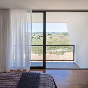 Dzięki takiemu kształtowi bryły gorące promienie słoneczne docierają do sypialni i okien salonowych po godzinie 15:30-16:00, kiedy temperatura zaczyna spadać. Fot. Haruo Mikami