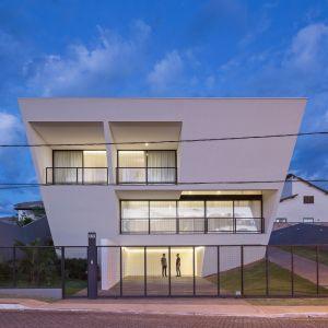 Stąd taka nietypowa konstrukcja domu, gdzie jego elewacja nachyla się pod odpowiednim kątem jednocześnie i rozszerza się na boki w kierunku wyższych kondygnacji. Fot. Haruo Mikami