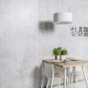 Aranżację naszego salonu możemy odświeżyć na różne sposoby. Panele Motivo o subtelnym, stonowanym kolorystycznie wzorze sprawdzą się ułożone na wszystkich ścianach wnętrza. Fot. Vox