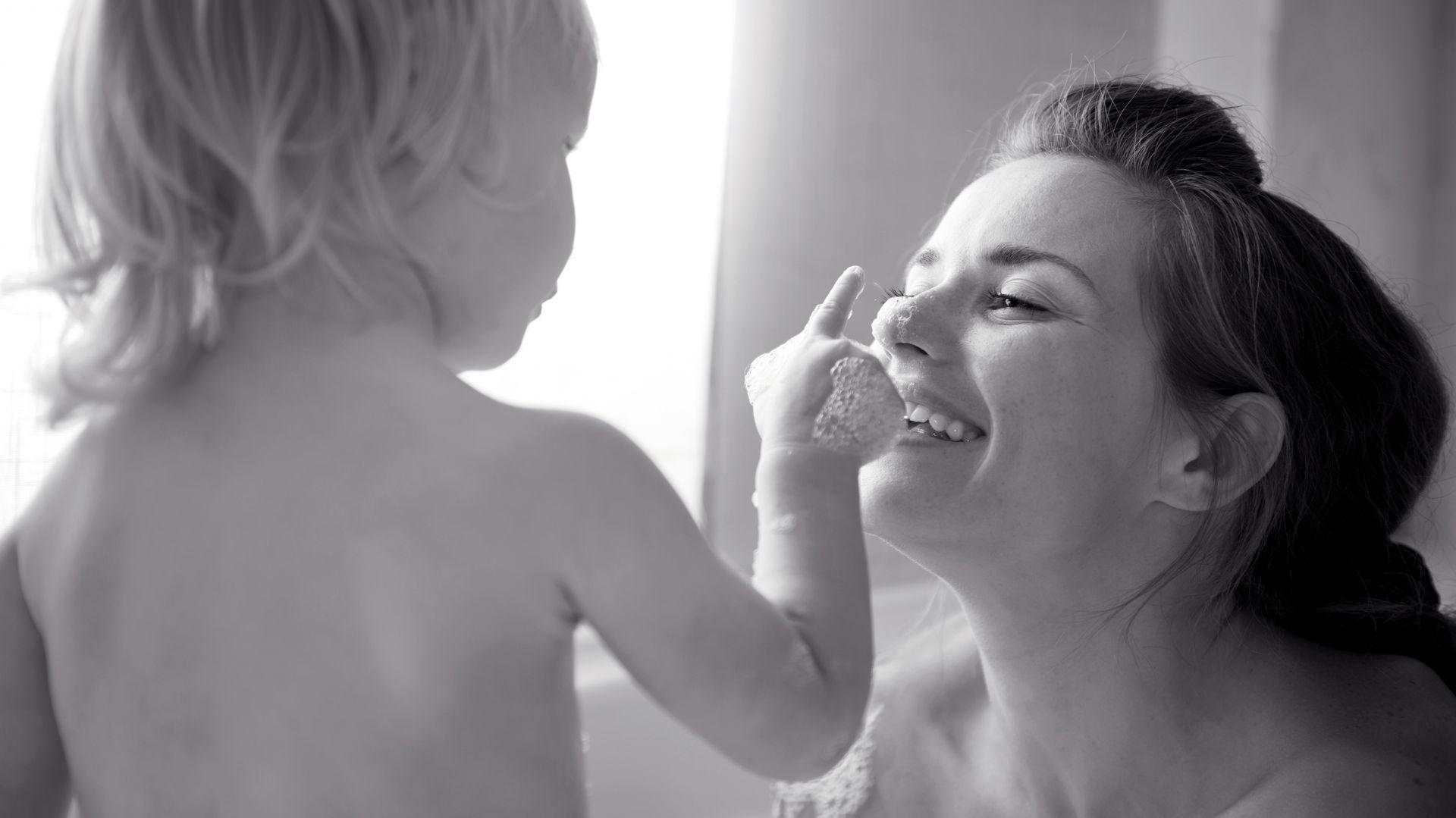 Często rodzice z małymi dziećmi często wybierają głębokie brodziki, bądź wanny. Rodzice starszych dzieci preferują bardziej płaskie brodziki. Fot. Sanplast