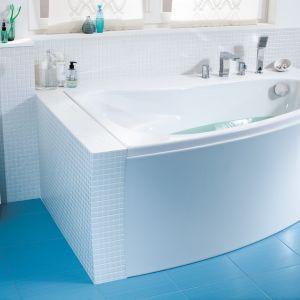 Miłośnicy kąpieli przyznają, że nie wyobrażają sobie bez niej mieszkania. Wybierając odpowiedni model, warto pomyśleć też opraktycznych rozwiązaniach, jak ręcznik i wieszak zamontowane wzasięgu ręki czy miejsce do odstawienia kosmetyków. Fot. Cersanit