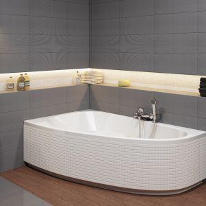 Wanny asymetryczne to sposób nie tylko na bardziej efektywne wykorzystanie małej przestrzeni łazienki, lecz także na stworzenie ciekawej aranżacji. Taka wanna jest też bardzo wygodna. Fot. Cersanit