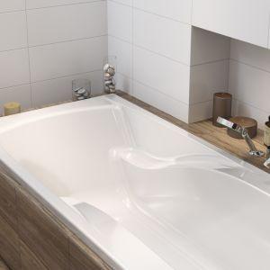 Podstawowym kryterium wyboru jest jej kształt, wielkość oraz rodzaj materiału, zktórego została wykonana. Dla tych, którzy dzień rozpoczynają szybkim prysznicem, akończą odpoczywając wdługiej gorącej kąpieli, idealnym rozwiązaniem będzie wanna ze specjalnym parawanem. Fot. Cersanit