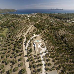 """Ta luksusowa, grecka rezydencja położona jest w """"sercu"""" gaju oliwnego, w południowej części Peloponezu. Wyróżnia się oryginalnym kształtem bryły oraz """"zielonym dachem"""", który pełni funkcję tarasu, jak i naturalnego przedłużenia otaczającego rezydencję terenu. Fot. NAARO"""