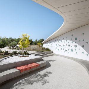 Betonowa powłoka domu połączona z zielonym dachem i krzyżową cyrkulacją powietrza, zapewnia naturalną wentylację, która chłodzi wnętrza w gorące dni i ogrzewa powietrze w te zimniejsze. Fot. NAARO