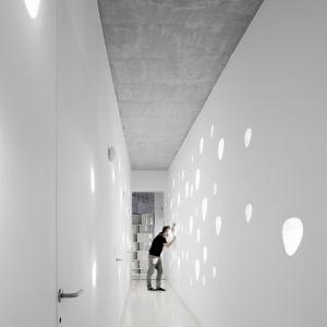 W domu dominują jasne kolory oraz surowy beton. Wszystkie elementy zostały praktycznie zaprojektowane i wykonane na indywidualne zamówienie. Fot. NAARO