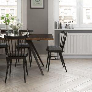 Można też uzyskać efekt podłogi, która będzie wyglądała jak wykonana zsurowych desek rodem zgórskiej chaty. Fot. Opoczno