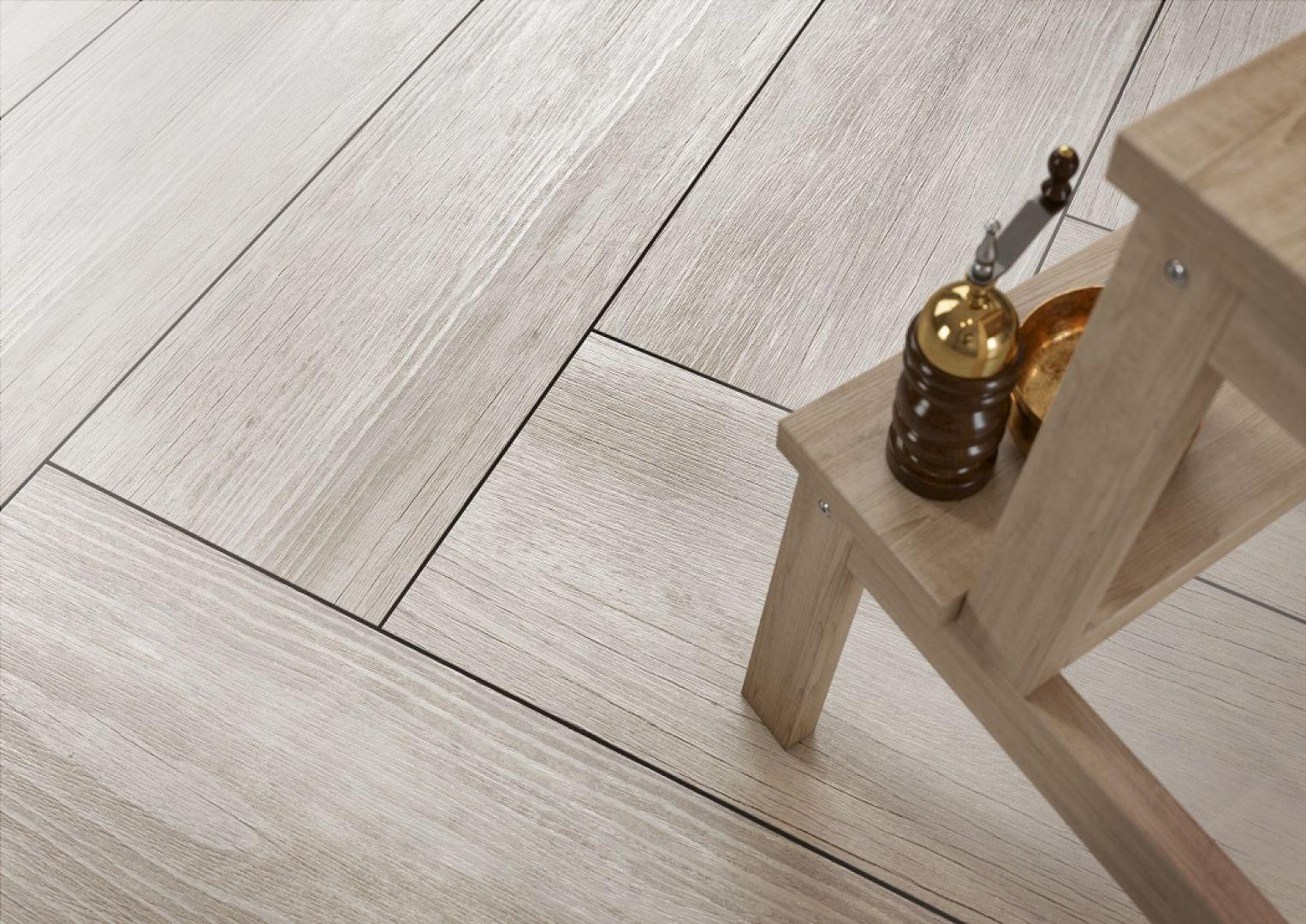Jeśli zależy nam na jak najwierniejszym zachowaniu charakteru drewnianej posadzki, musimy zwrócić uwagę również na sposób układania płytek gresowych. Fot. Opoczno