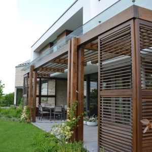 Jako uzupełnienie dla dachu bez okapu, w naturalny sposób podkreśla wyraziste linie prostej bryły. Zamontowany w ociepleniu budynku daje gwarancję bezpieczeństwa, dzięki pełnej szczelności. Fot. Galeco