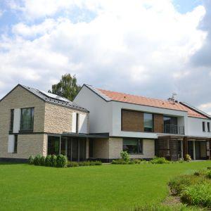 W domu głównym, gdzie mieszka rodzina z dziećmi, znajduje się około 11 pomieszczeń. Są one na ogół otwarte i przestronne, urządzone w stylu minimalistycznym ocieplonym akcentami drewna. Fot. Galeco