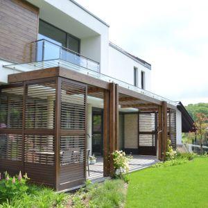 W ciepłe dni mieszkańcy mogą korzystać z tarasu, przeszklonych balkonów lub zjawiskowej pergoli. Tym samym w domu niemal stale można czuć bliskość natury. Fot. Galeco