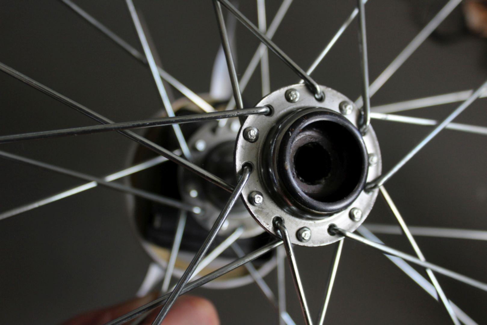 Przygotuj koło: wyczyść je dokładnie ze smaru i usuń ze środka oś. Fot. Bosch