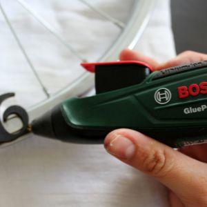 Na kole zaznacz miejsca na cyfry. Przy pomocy akumulatorowego pistoletu do klejenia na gorąco Bosch GluePen przyklej cyfry do metalowej ramy koła, aby by stworzyły tarczę zegara. Fot. Bosch