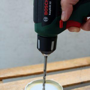 Wiertarko-wkrętarką Bosch EasyDrill 12 z wiertłem do metalu wywierć otwór na środku zakrętki od słoika. Powinien pasować wielkością do mechanizmu zegarka i wskazówek. Fot. Bosch
