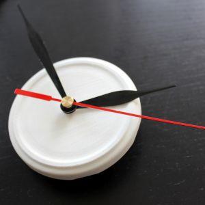 Umieść pokrywkę ze wskazówkami na mechanizmie zegarka. Fot. Bosch
