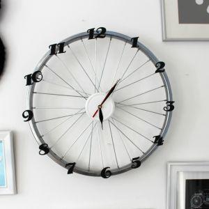 Koło od starego roweru może zyskać nowe życie, jeśli przerobisz je na… zegar! Fot. Bosch