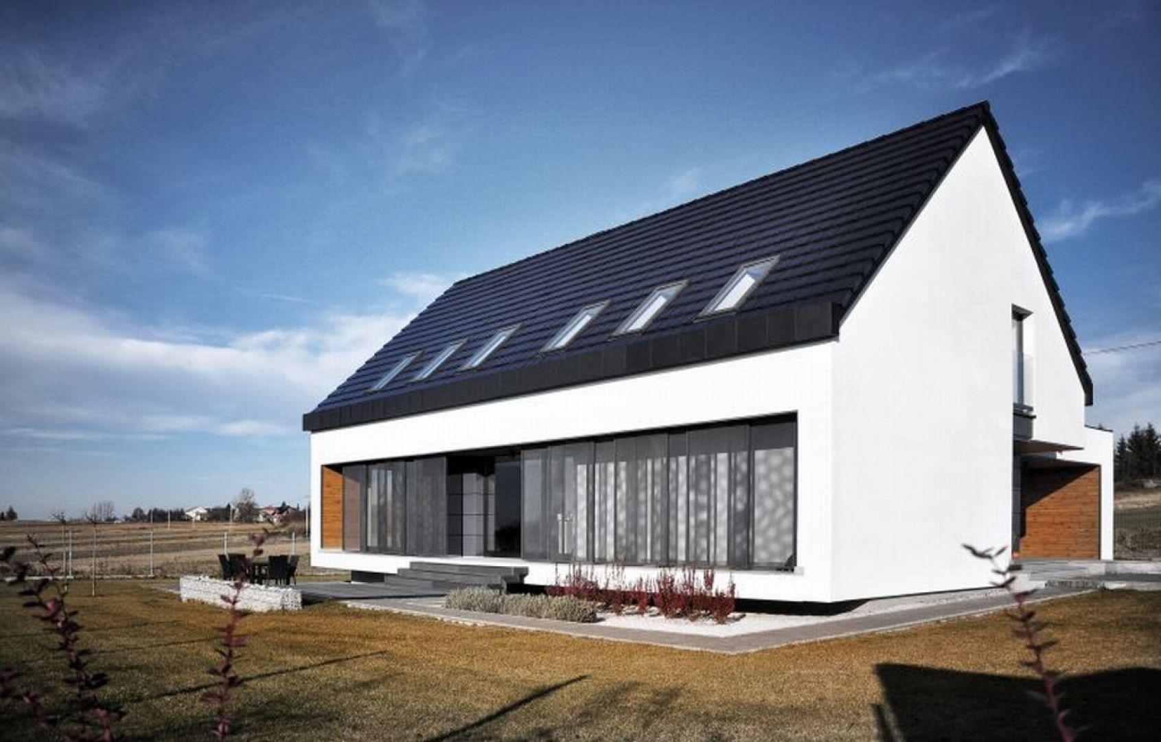 To, co wyróżnia projekt w podkrakowskich Jerzmanowicach to czysta, prosta forma bez zbędnych ozdobników, dwuspadowy dach, a także kontrastowe zestawienia kolorów – bieli i szarości. Fot. Baumit