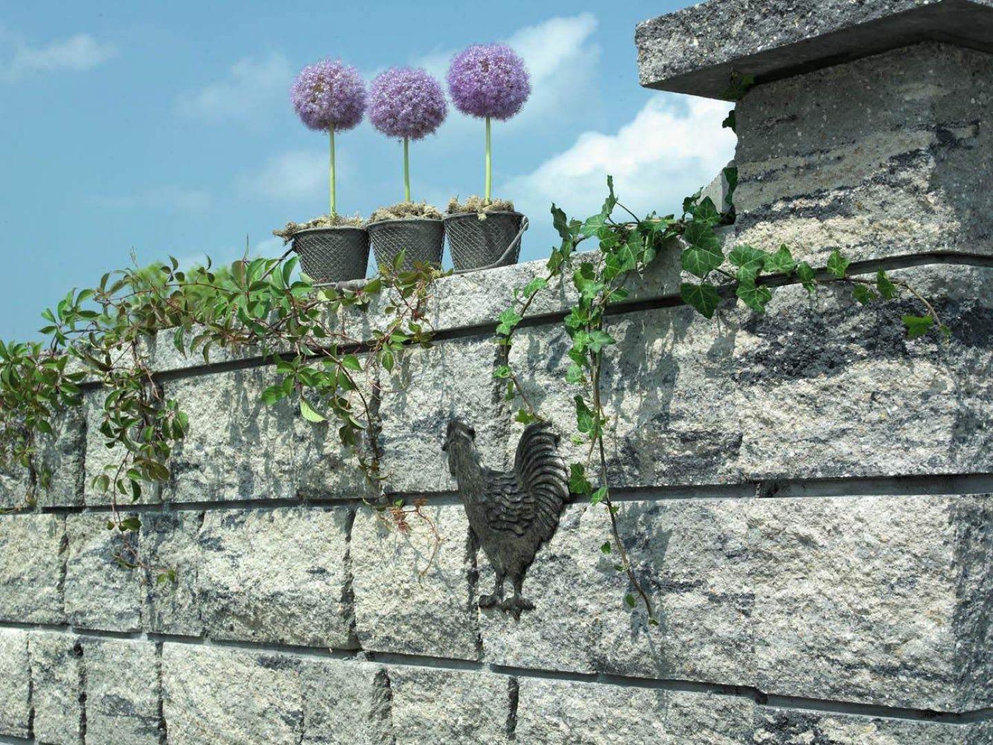 Nieregularna struktura elementów Murano oddaje wrażenie naturalnego kamienia. Elementy są dostępne w melanżu zimowym. Fot. Polbruk