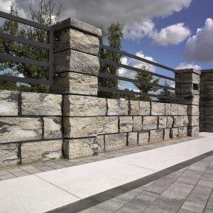 Kolekcja murów włoskich Genua nawiązuje do murów łamanych. Nierówna struktura elementów z czterech stron przypomina estetyką naturalne kamienie. Fot. Polbruk