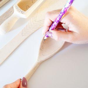 Na wybranych przez ciebie drewnianych akcesoriach narysuj ołówkiem dowolne wzory bądź napisz hasła. Ułatwi ci to pracę z urządzeniem. Niektóre wzory nie wymagają planowania – wystarczy odpowiednia końcówka, aby powstał ciekawy deseń. Fot. Bosch