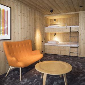 Meble także wykonane zostały z drewna, ale architektom udało się przemycić nowoczesny design. Fot. Olivier Martin Gambier
