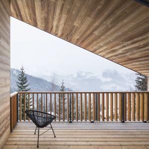 Ta górska rezydencja znajduje się w środku bajkowego  krajobrazu Alp Francuskich. Jednak architekci ze studia Razavi Architecture mieli nie lada wyzwanie przy budowie tego domu. Fot. Olivier Martin Gambier