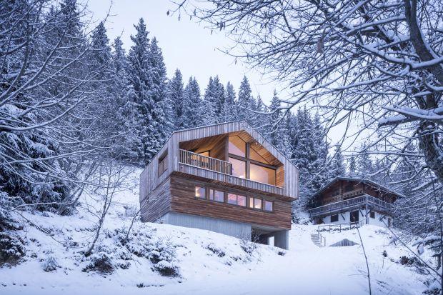 Ta górska rezydencja znajduje się w środku bajkowego krajobrazu Alp Francuskich. Jednak architekci ze studia Razavi Architecture mieli nie lada wyzwanie przy budowie tego domu. Okazało się że musieli sprostać restrykcyjnym wytycznym architektonic