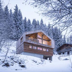 """Ten górski dom znajduje się w jednej z dziewiczych dolin Alp Francuskich, gdzie panują rygorystyczne wymagania co do warunków zabudowy. Architekci ze studia Razavi Architecture musieli """"zmierzyć"""" się z drastycznie ograniczoną swobodą architektonicznego tworzenia. Fot. Olivier Martin Gambier"""