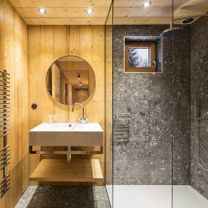 Widać to szczególnie w takich pomieszczeniach jak łazienka, gdzie obok drewnianej zabudowy, wyróżniają się nowoczesne umywalki, czy przeszklone kabiny prysznicowe. Fot. Olivier Martin Gambier