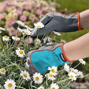 Kolejnym krokiem jest sadzenie roślin. Należy pamiętać, żeby najwyższe gatunki umieszczać w środku naczynia, a niższe bliżej krawędzi. Fot. Gardena