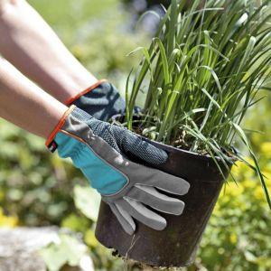 Stworzenie własnego ogródka w wersji mini nie jest trudne. Ważną rolę odgrywa kreatywność. Kompozycje kwiatowe możemy umieścić w donicy, skrzyni czy w wiklinowym koszu. Fot. Gardena