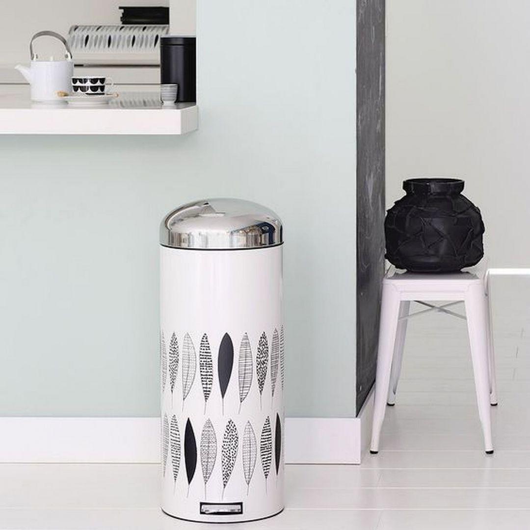 Aby zaoszczędzić dodatkową przestrzeń, szczególnie w małych kuchniach, można we wnęce między szafkami pionowo umieścić zamykane pojemniki w kształcie wyciąganych szuflad. Fot. Pinterest
