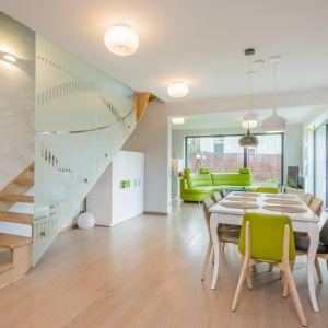 Zależnie od potrzeb użytkowników, wnętrza zostały zaaranżowane z otwartą przestrzenią nad salonem i antresolą.  Fot. Multicomfort, EcoReadyHouse