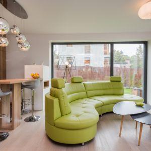 Wnętrza zostały zaaranżowane w skandynawskim stylu, ale właściciele dodali parę akcentów kolorystycznych od siebie, taj jak te limonkowe meble Fot. Multicomfort, EcoReadyHouse